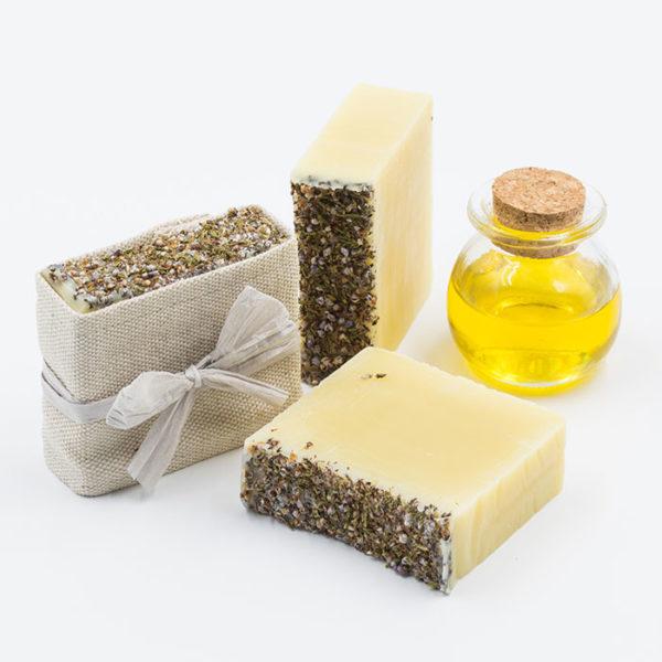 Un savon pour visage et corps pour peaux sensibles avec rougeurs