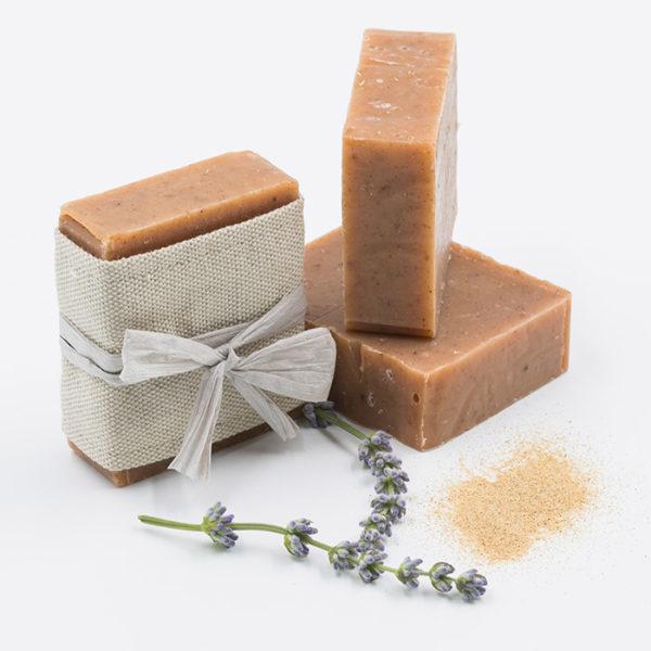 Savon exfoliant visage et corps aux graines de sesame et a la poudre de rose musquee